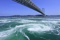 鳴門海峡の渦潮と大鳴門橋 徳島県