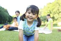 ピクニックを楽しむ日本人家族