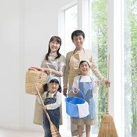 掃除道具を持って立つ日本人家族