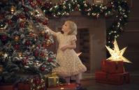 クリスマスを楽しむ女の子