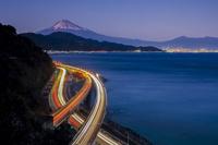 静岡県 さった峠から東名高速と富士山の夜景