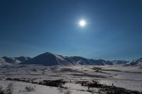 カナダ 満月に照らされたトゥームストーンの山並み