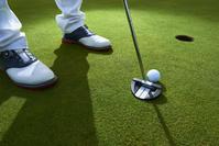 ゴルフ パッティングするゴルファー