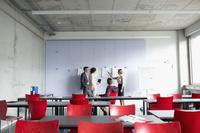 教室で話し合う外国人学生