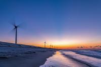 静岡県 朝焼けの遠州大砂丘の風力発電