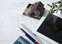 建築図面と建築模型とタブレット