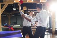 卓球をするアジア人男性