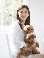 日本人女性に抱かれる2匹のトイプードル 犬