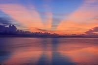 沖縄県 西表島より朝焼けの海と石垣島と光 崎田橋にて 西表島