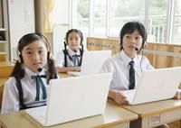 パソコンの授業を受ける小学生