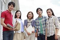 屋上で微笑む男女大学生