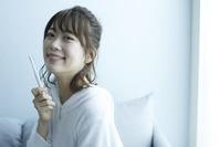 歯磨きをする日本人女性