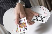 トランプのカードを広げる手