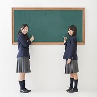 黒板の前に立つ女子中学生