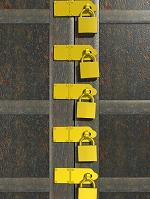扉と複数の錠前