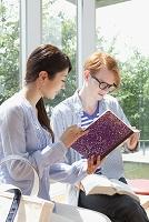 勉強する留学生と大学生