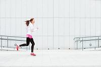ジョギングをする若い日本人女性