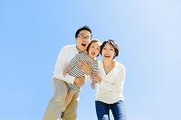 公園で遊ぶ日本人三人家族