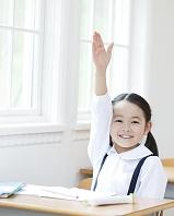 手を挙げる日本人の女の子