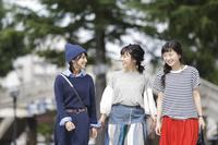 友人と街歩きをする日本人女性