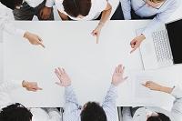会議で責められるビジネスマン