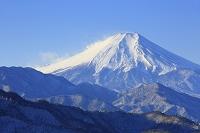 山梨県 百蔵山 朝の富士山と雪景色の山並み