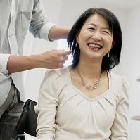 美容師に髪を切ってもらう日本人のシニア女性