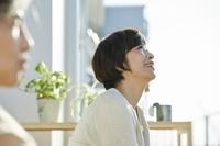 テラスでくつろぐ日本人シニア夫婦