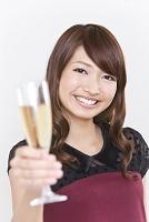 シャンパングラスを持つ若い女性