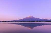 山梨県 夜明けの富士山と河口湖に投影する逆さ富士