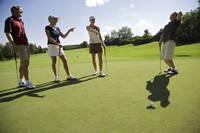 ゴルフを楽しむグループ