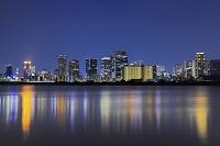 大阪府 夜の梅田の高層ビル群と淀川に映る照明