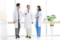 廊下で話しをする医師