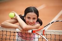 テニスコートにいる女の子