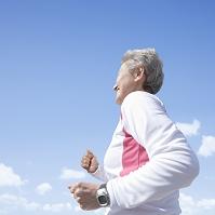ジョギングをするシニア日本人女性