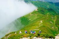 長野県 北アルプスを登る登山者