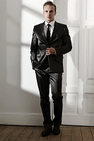 スーツを着た若い外国人男性