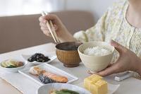 ご飯茶碗を持つ女性の手