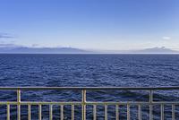 北海道 フェリーの手すりと海