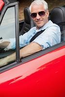 オープンカーに乗る外国人男性