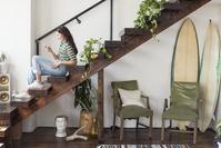 階段でスマートフォンを見る女性の横顔
