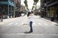 道の真ん中で抱き合うカップル