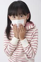 マスクに手をやり咳をする女の子