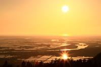 山形県 水鏡の庄内平野と最上川夕景