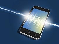 置かれたスマートフォンの画面に波形が表示