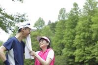 運動中に休憩する日本人シニア夫婦