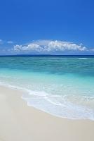鹿児島県 兼母海岸と積乱雲と沖縄本島