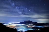 山梨県 天の川の星空と雲海越しの富士山