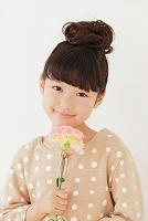 カーネーションを持つ日本人の女の子