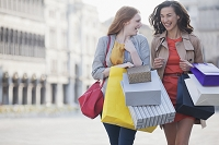 買い物をする外国人女性